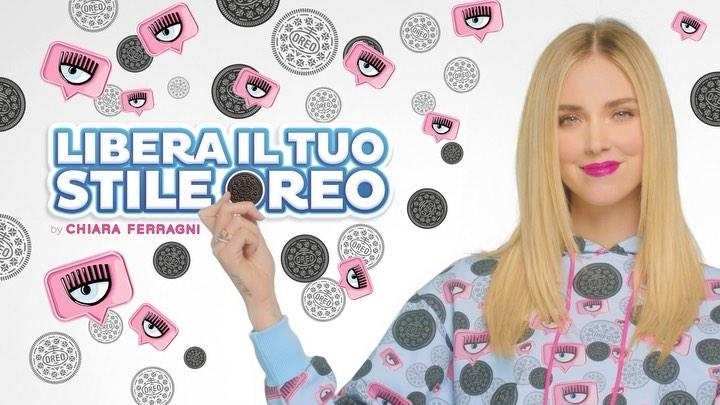 Campagna Oreo X Chiara Ferragni, con l'influencer che tiene in mano un biscotto