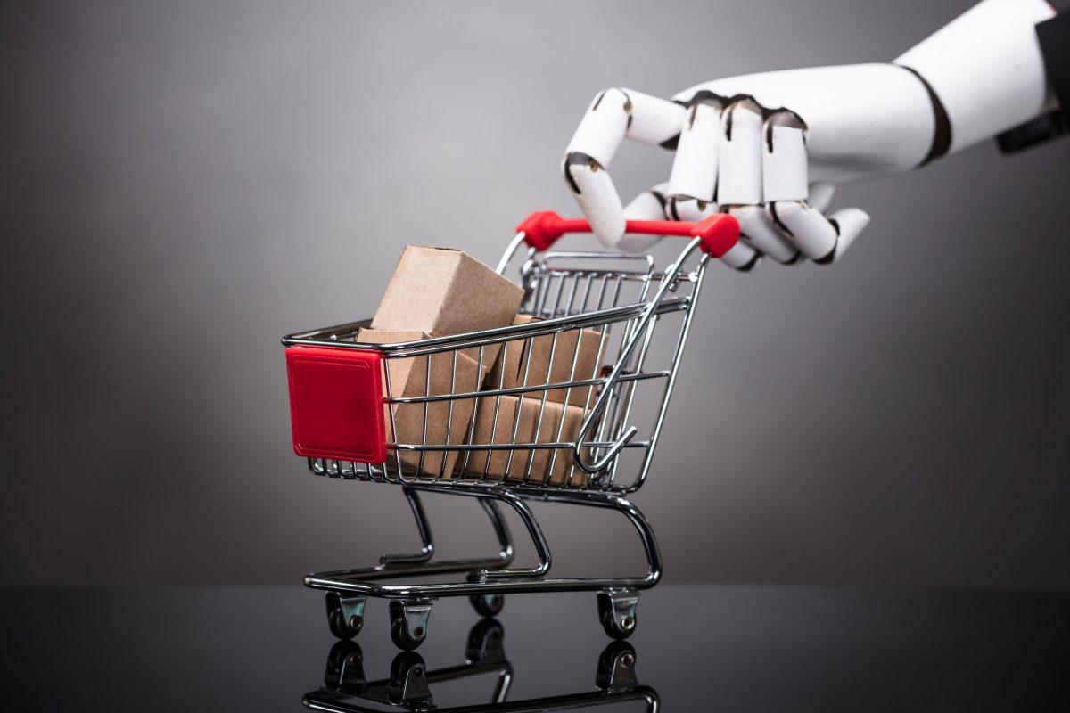 Carrello con prodotti spinta da una mano robot