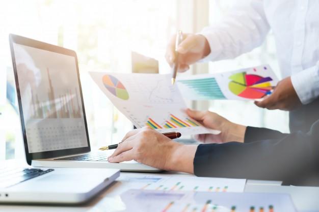 digital marketer al lavoro su grafici e dati