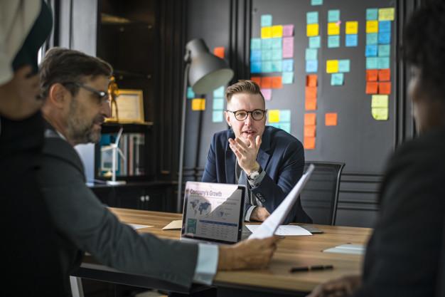 Manager in meeting di digital marketing
